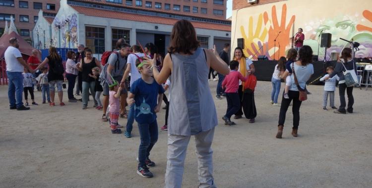 Famílies gaudint al pati de l'Estruch | Helena Molist
