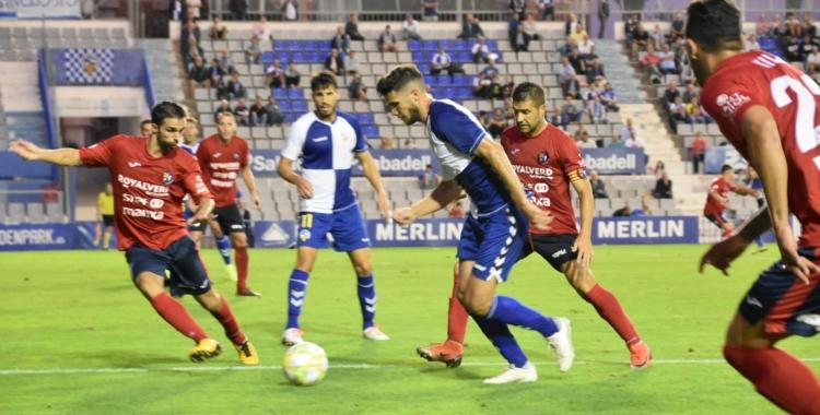 Adri Cuevas, rodejat de futbolistes rivals | Críspulo Díaz