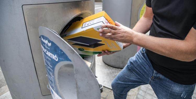 Un ciutadà llençant la brossa/ Roger Benet