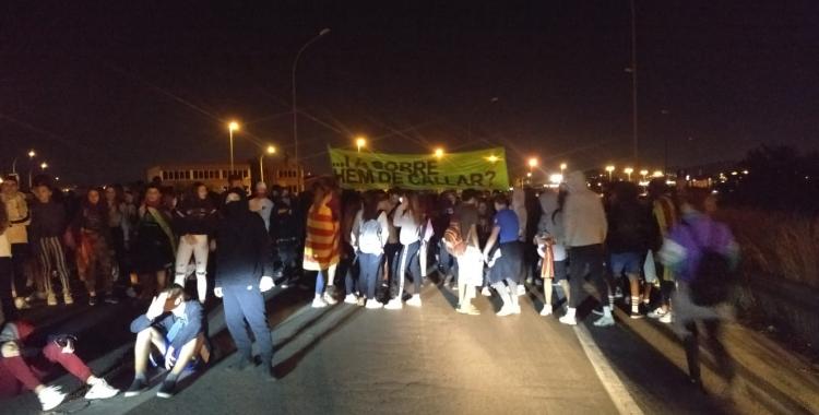 Manifestants tallant l'accés a la C-58   Pere Gallifa