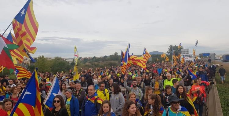 """Milers de manifestants de les """"Marxes per la Llibertat"""" avançant per l'autopista direcció Barcelona"""