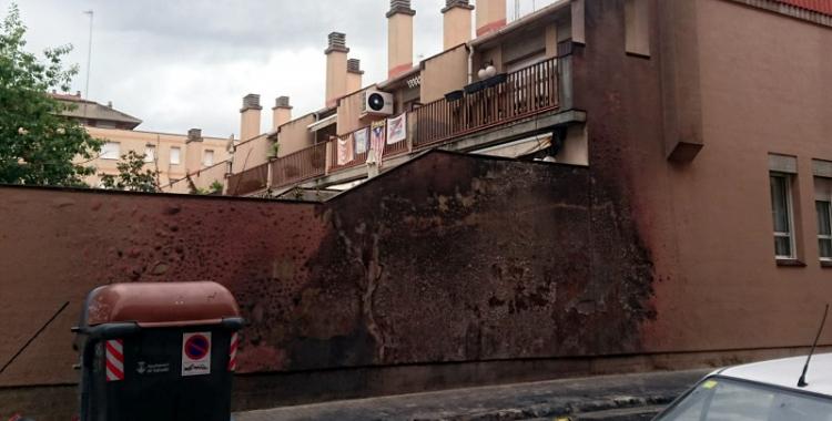 Una parada de contenidors cremada a La Creu Alta/ David Garnacho
