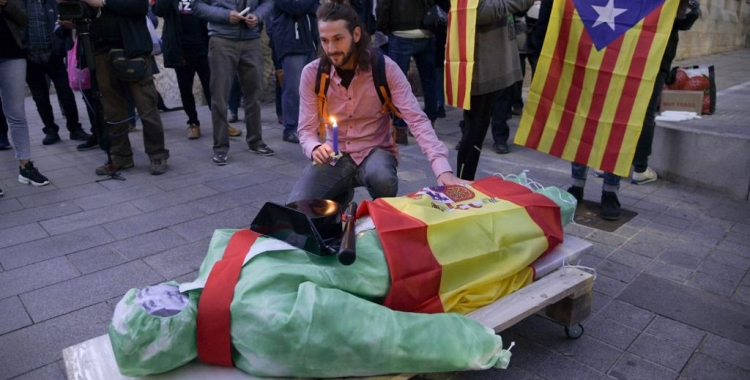 El palet rodat amb el ninot amb la cara de Francisco Franco a sobre | Roger Benet