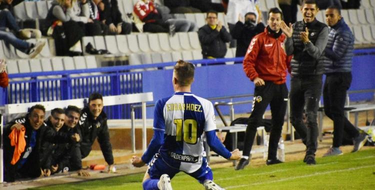 Édgar ahir a la Nova Creu Alta celebrant el seu magistral gol de falta directa | Críspulo Díaz