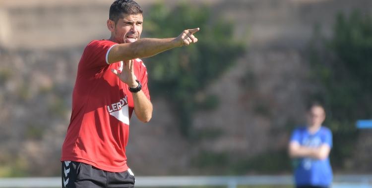 El tècnic arlequinat dirigint un entrenament aquesta temporada a Sant Oleguer | Roger Benet
