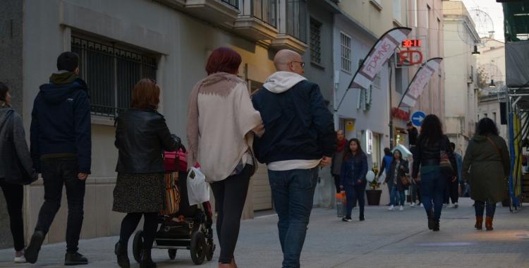 Els vianants caminant tranquilament pel carrer Sant Pere   Helena Molist