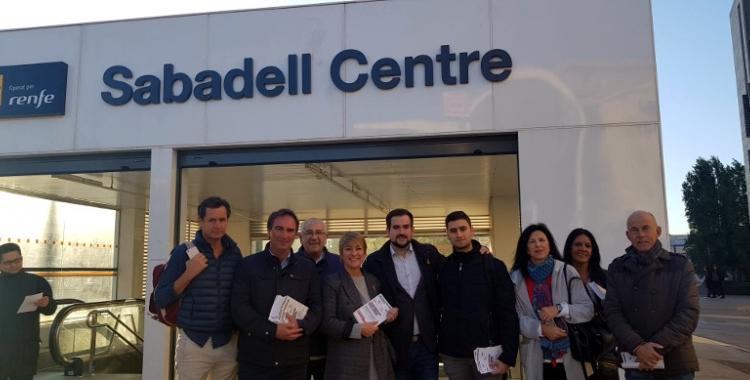 Els membres de Junts davant de l'estació Sabadell Centre de Rodalies
