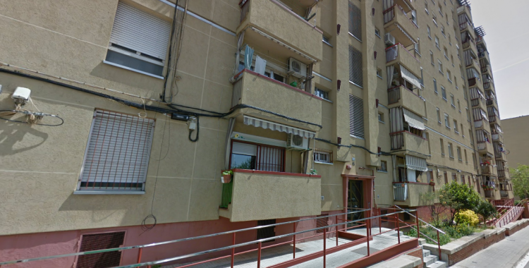 El bloc de pisos afectat es troba al carrer Aprestadors, 1, al barri d'Espronceda | Google Maps