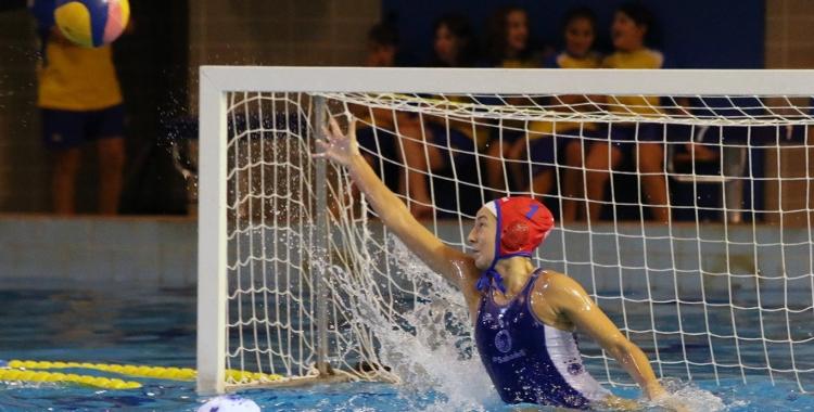 Laura Ester defensant la porteria de l'Astralpool en una de les tres finals de Supercopa guanyades pel Natació Sabadell | Arxiu RS946