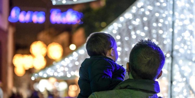 Petits i grans s'han acostat als diferents actes per veure, per primer cop, les llums de Nadal   Roger Benet