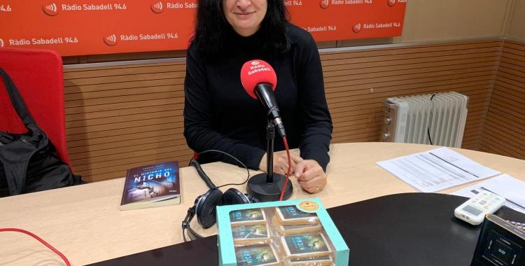 Ángeles Mañas, amb les galetes que ha creat de la portada del llibre | Mireia Sans