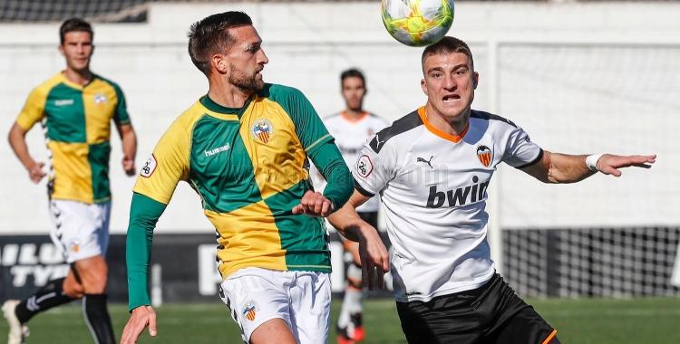 Grego Sierra, en una acció defensiva a l'Antonio Puchades   Valencia CF