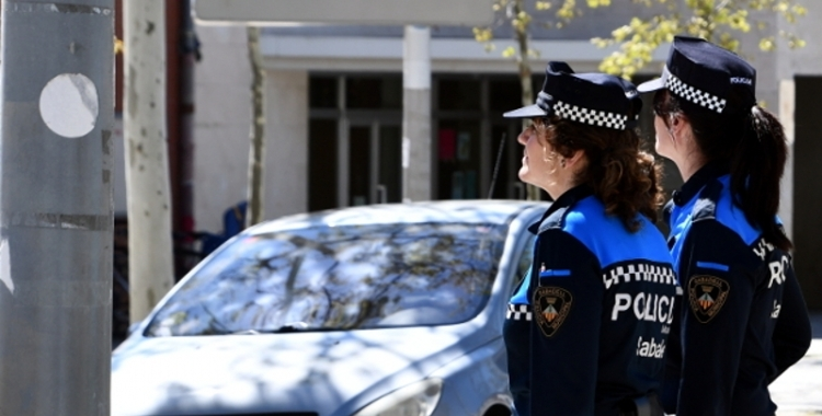 Dos agents de la Policia Municipal en un servei