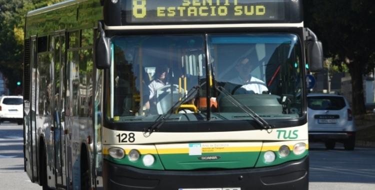 Imatge d'un autobús de la TUS circulant | Arxiu