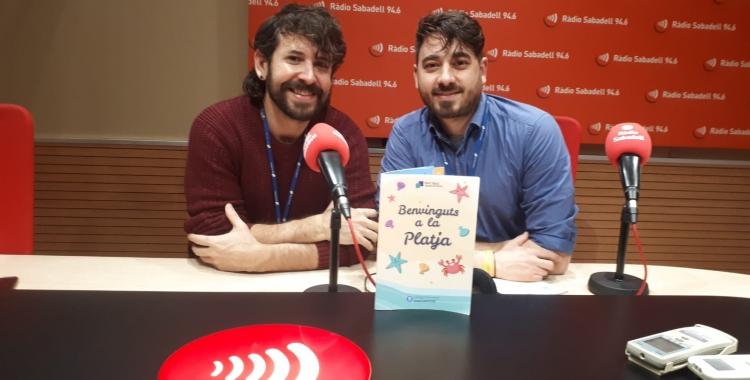 Roger Sales i Aleix Riu, amb el nou llibret per a les Urgències pediàtriques/ Karen Madrid