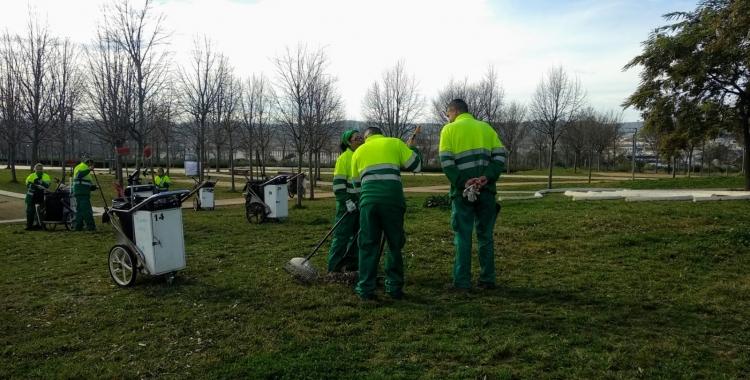 Una vintenta de participants en el programa d'ocupació treballen actualment al servei de jardineria | Helena Molist