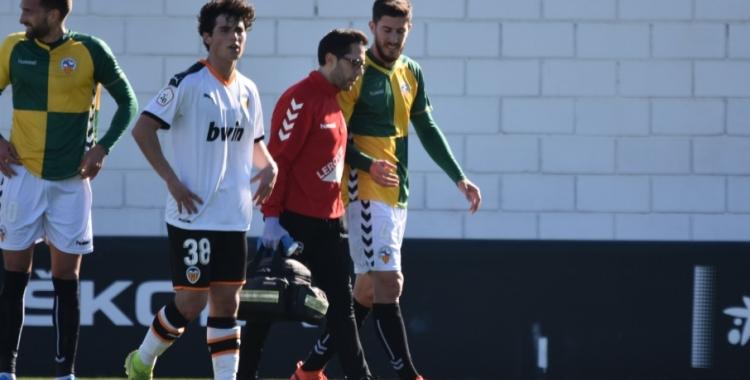 Aleix Coch, en el moment en què s'ha de retirar del terreny de joc | Críspulo Díaz