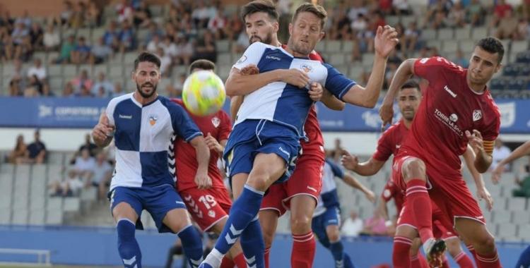 Édgar Hernández, en una acció del partit de la primera volta | Roger Benet