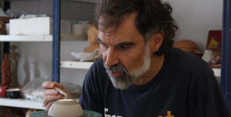 Cuixart, pintant un peça de ceràmica | ACN