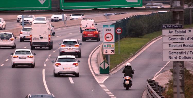 Un cartell avisa als conductors que entren a la Zona de Baixes Emissions de Barcelona a la sortida 4 de la Ronda de Dalt el 2 de gener del 2019   Miquel Codolar
