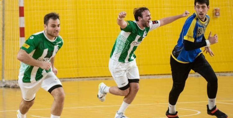Bernat Correro (mig), celebrant un gol a Esplugues | Èric Altimis - OAR Gràcia