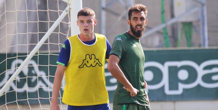 Xiker, en un entrenament del primer equip del Betis amb Borja Iglesias   Real Betis