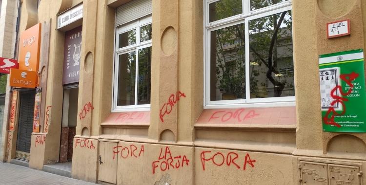 Un local d'apostes en línia amb pintades contra la seva presència a la ciutat | Cedida