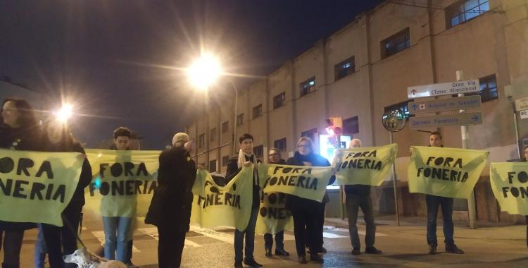 Membres del Moviment Veïnal del Sud protestant davant de la foneria Suñer | Cedida