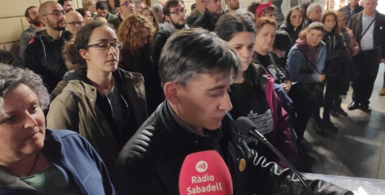 Lluís Perarnau prenent la paraula amb membres de La Crida al costat   Pau Duran