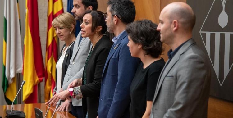 Els portaveus municipals (menys la Crida) i l'alcaldessa durant la lectura de la declaració | Roger Benet