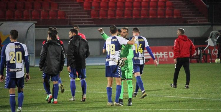 Pedro Capó, abraçant-se al final del partit amb el porter de La Nucía, Óscar Fornés | Jesús Arroyo