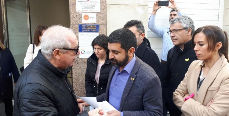 El Homrani recollint el manifest de la FAV de la mà del seu president, Manuel Navas/ Karen Madrid