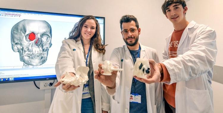 Núria Monill, enginyera biomèdica; Ferran Fillat, coordinador; i Sergi Coderch, enginyer biomèdic, de l'equip del Laboratori 3D del Parc Taulí/ Cedida Taulí