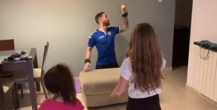 El porter Ian Mackay entrenant amb les seves filles a casa | Instagram