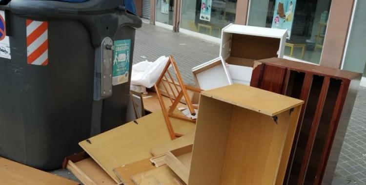 Mobles abandonats a la via pública/ Cedida