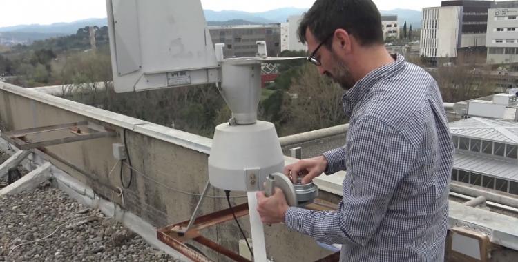 Un investigador de la UAB, mesurant la pol·linització/ Captura
