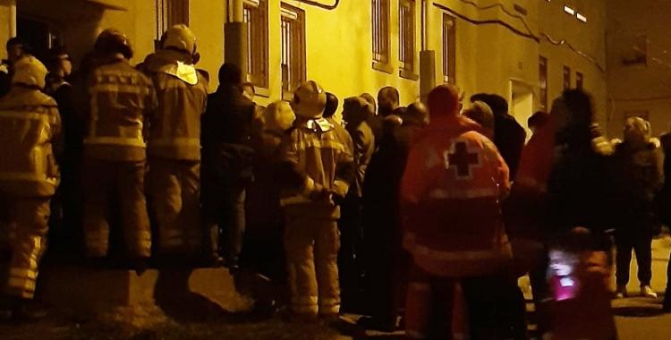 Imatge de les persones desallotjades la nit de l'esfondrament   Creu Roja