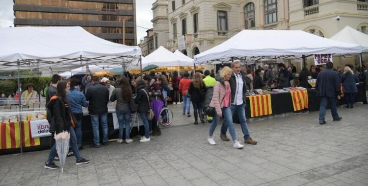 La plaça Doctor Robert va acollir els llibreters l'any passat per Sant Jordi   Ràdio Sabadell