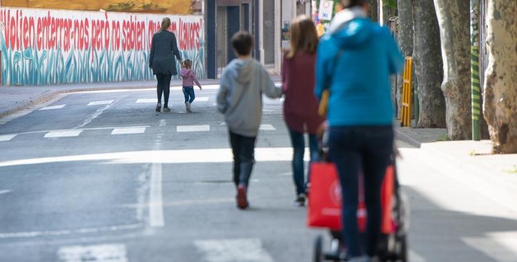 Ciutadans caminant aquest matí per la Via Massagué   Roger Benet