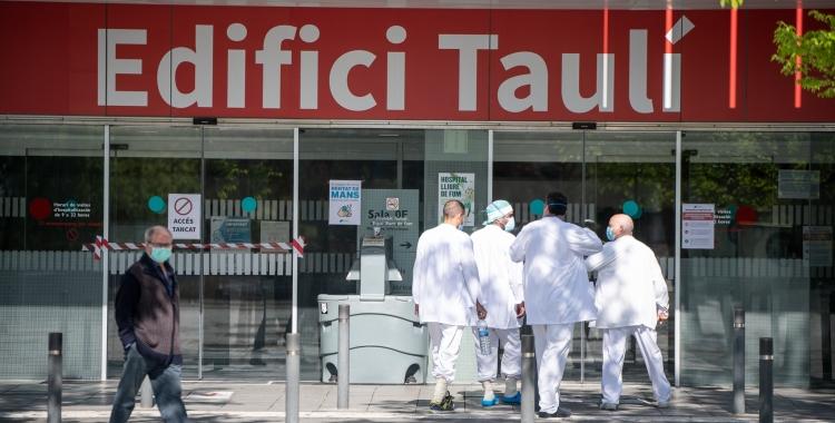 Professionals sanitaris entrant al Taulí/ Roger Benet