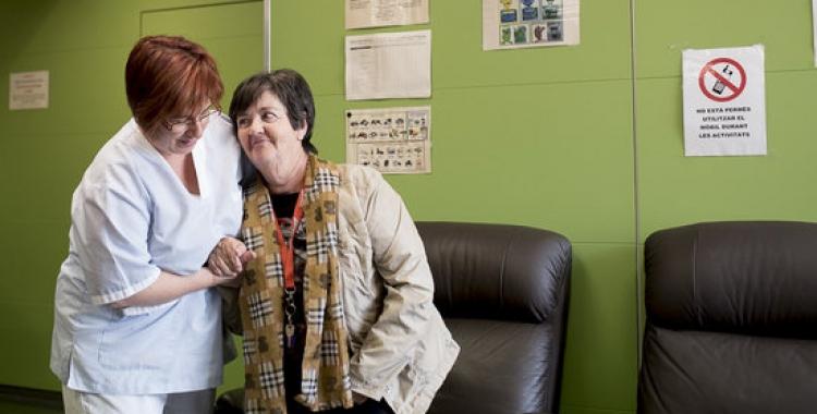 Una assistent ajuda una usuària del Servei d'Atenció Domiciliària   ACN