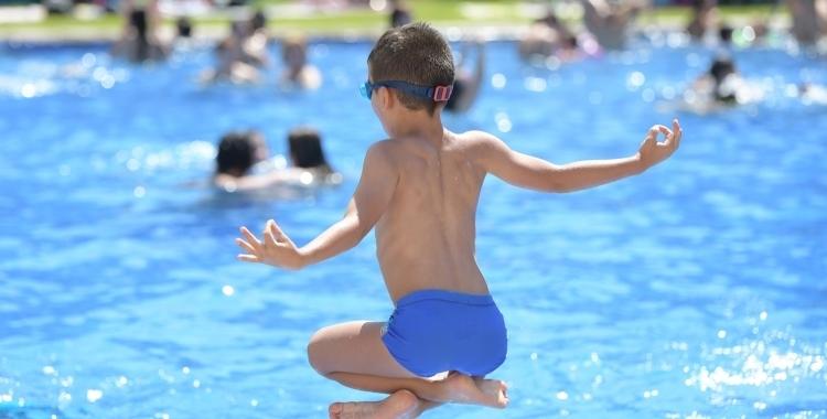 Una de les activitats permeses als Casals d'Estiu, seran les activitats a la piscina | Roger Benet