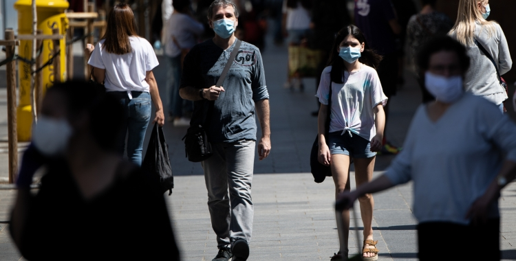 Gent caminant pel carrer a Sabadell | Roger Benet