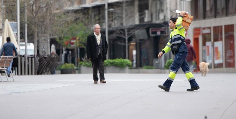 Un repartidor al Passeig/ Roger Benet