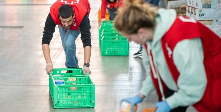 Imatge de voluntaris de Creu Roja treballant durant el primer dispositiu de Fira Sabadell | Roger Benet
