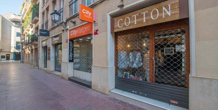 Imatge del carrer Sant Antoni amb els comerços tancats | Roger Benet