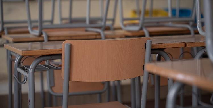 Una cadira en una aula buida/ Roger Benet