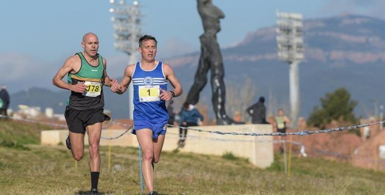 Dos corredors al Cros de Sant Sebastià al Parc Catalunya/ Roger Benet