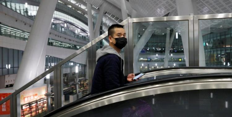Un passatger porta una màscara en una estació de tren de Hong Kong | ACN