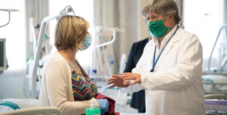 Alba Vergés conversa amb el doctor Lluís Blanch en una visita al Taulí   Roger Benet